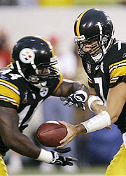 Pittsburgh Steelers running back Najeh Davenport receiving a handoff from QB Ben Roethlisberger